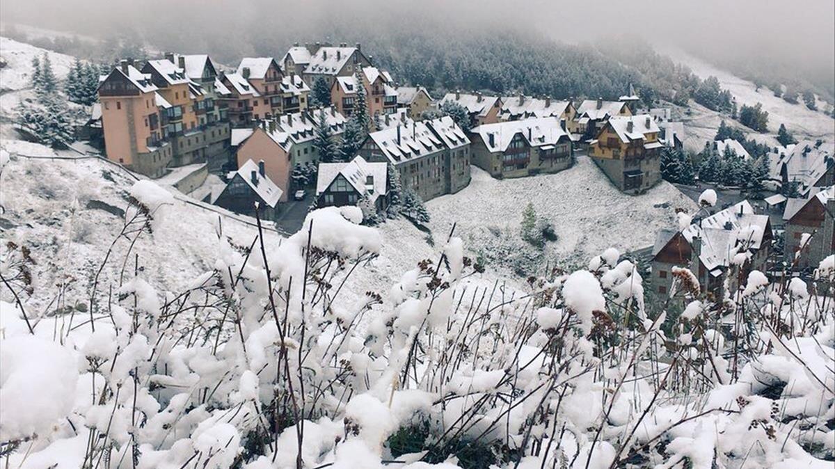 Aspecto de una urbanización en los aldeaños dela estación de esquí de Baqueira-Beret, este sábado.
