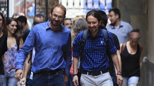 Joan Herrera y Pablo Iglesias, este viernes, antes de su reunión en la sede de ICV.