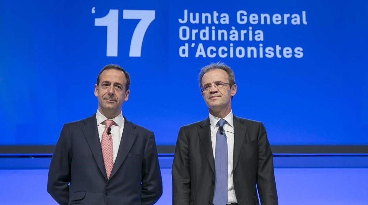 Jordi Gual y Gonzalo Gortázar, en la junta de accionsitas del 2017.