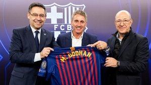 Josep María Bartomeu y el exvicepresidente Manel Arroyo obsequiaron ayer a Mick Doohan con una camiseta del Barça.