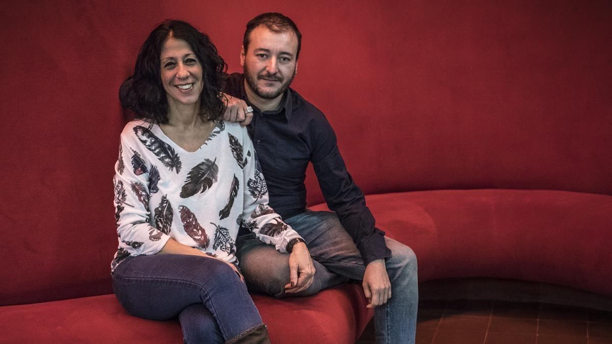 La polifacética directora Gabriela Izcovich y Josep Maria Miró, autor de Olvidémonos deser turistas en la Sala Beckett.
