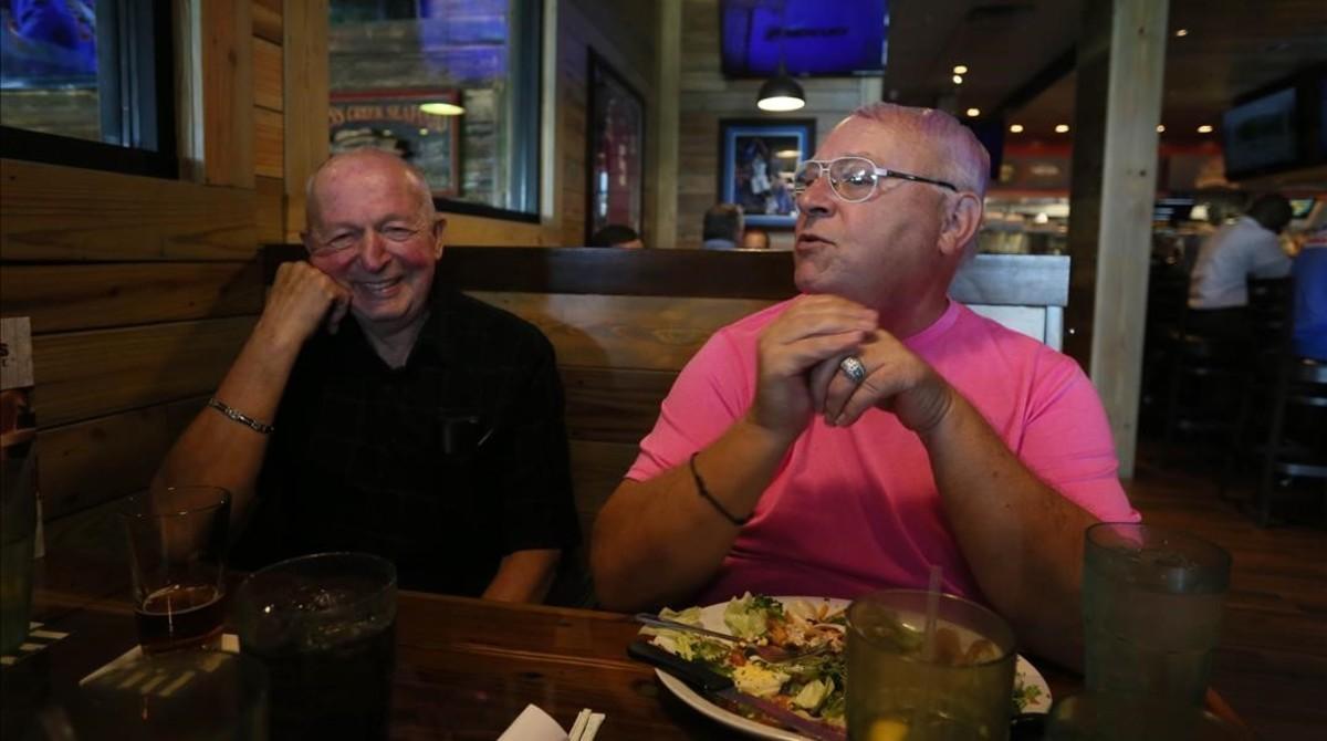Kevin Thomas (derecha) y Bob Johnson comen en un restaurante de Orlando eldía antes de casarse.