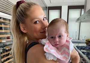 Kournikova y su hija recién nacida.