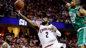 Kyrie Irving alcanzó su máxima anotación de siempre en los play-offs de la NBA con 42 puntos.