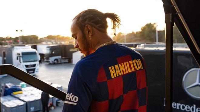 Lewis Hamilton con la camiseta del Barça antes del Clásico.