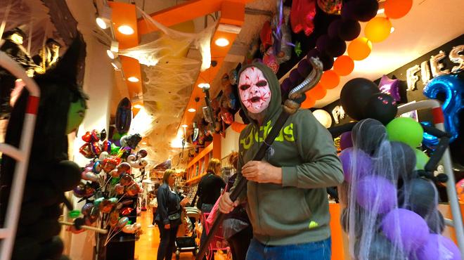 La entrada del comercio Party Fiesta, en la barcelonesa calle de Consell de Cent, a punto para el Halloween.