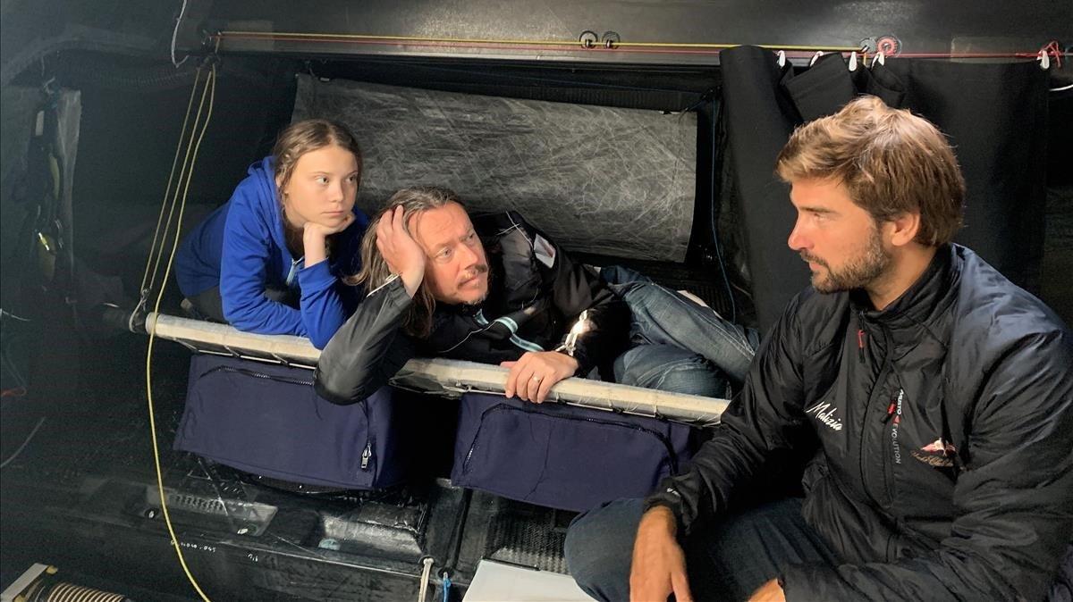 Greta, su padre y el el patrón Boris Hermann, en el interior del barco.