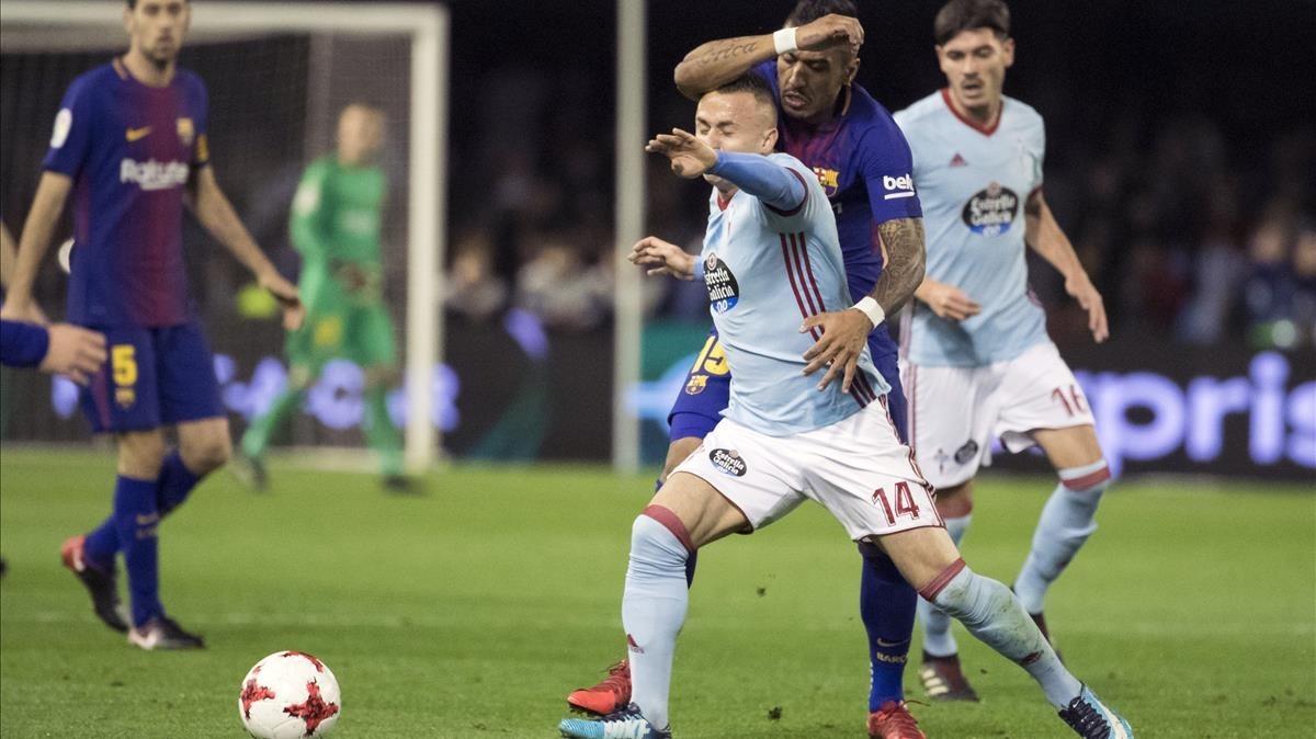 Lobotka disputa el balón a Paulinho en Balaídos.