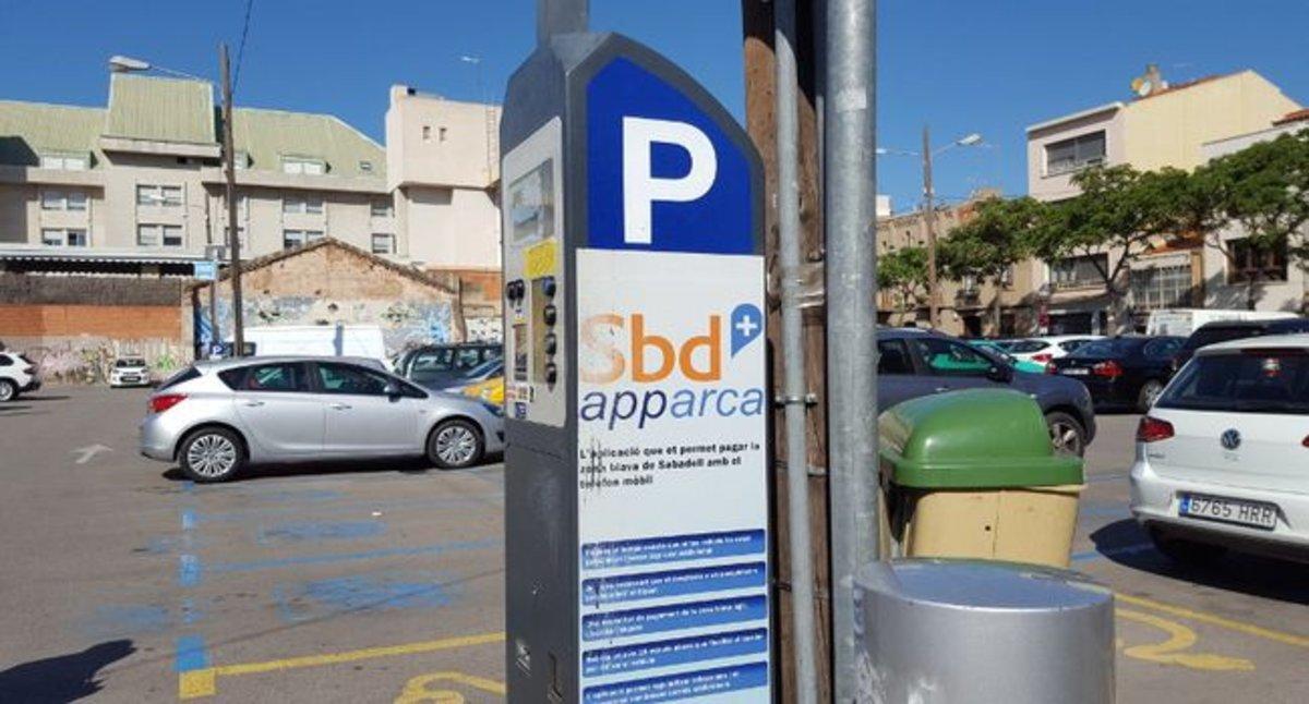 Los coches eléctricos no pagan zona azul en Sabadell.