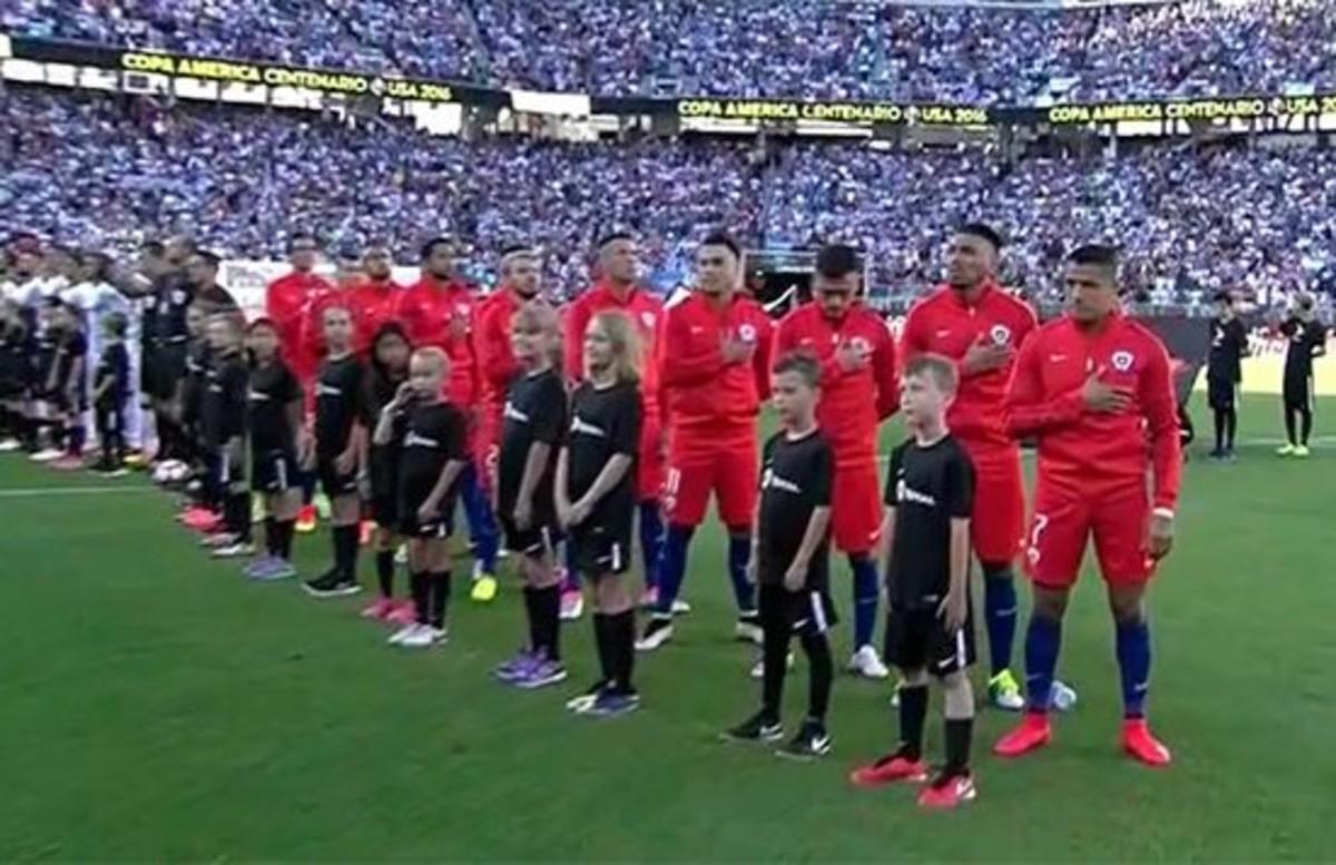 Los jugadores de Chile, mientras suena el himno