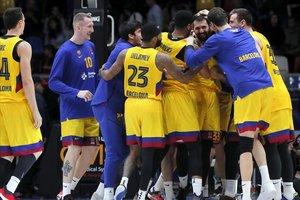 Los jugadores del Barça se arremolinan en torno a Mirotic tras su canasta ganadora