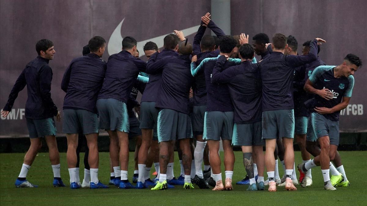 Los jugadores del Barça dan la bienvenida a Chumi.
