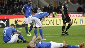 Los jugadores italianos, abatidos tras caer eliminados.