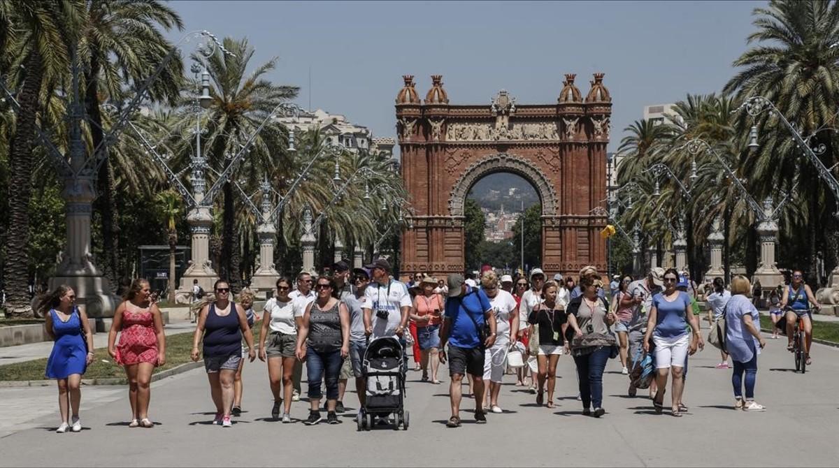 Turistas en el paseo de Lluís Companys de Barcelona.
