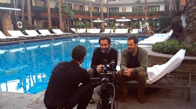 El productor y los directores de Loreak, en el hotel West Hollywood, de Los Ángeles.