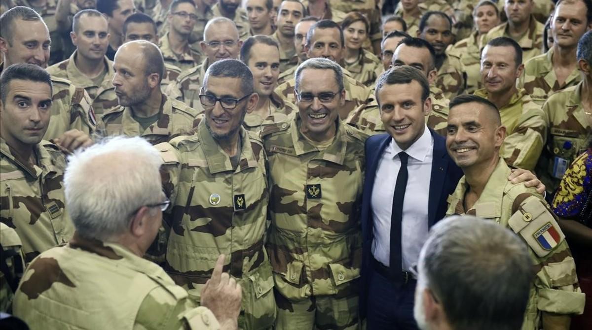 Macron posa con las tropas francesas en Mali.