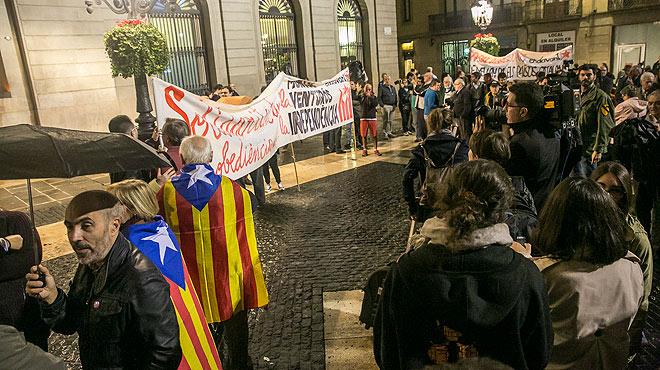 Manifestación de apoyo a la alcaldesa de Berga en la plaza de Sant Jaume.