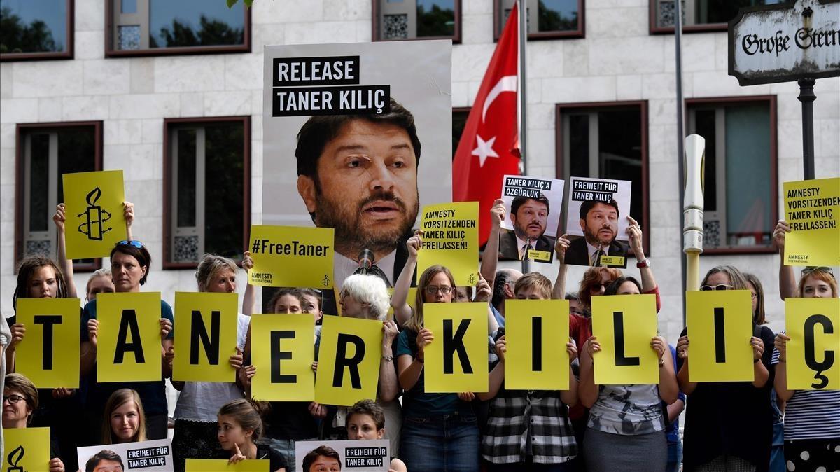 Manifestantes durante una protesta exigiendo la libertad de Kiliç, frente a la embajada de Turquía en Berlín, el 15 de junio del 2017.
