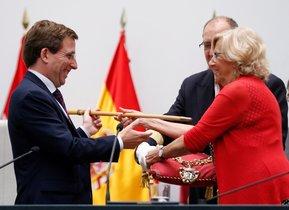 Manuela Carmena entrega el bastón de mando a Martínez Almeida, nuevo alcalde de Madrid.