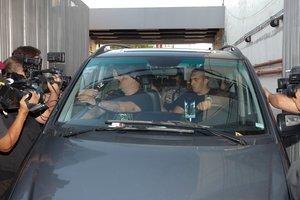 Maradona, en el interior del vehículo, a la salida del hospital de Buenos Aires.
