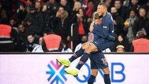 Mbappe celebra un gol del PSG con Neymar el 2 de noviembre ante el Lille.