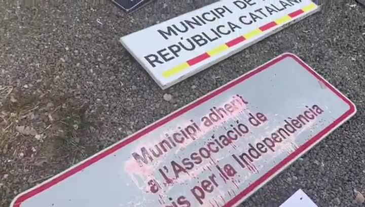 Material independentista retirado de edificios públicos y expuesto en El Prat.