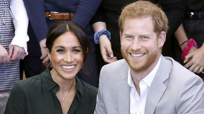 Meghan Markle y el príncipe Enrique, en una imagen difundida por el palacio de Kensington.