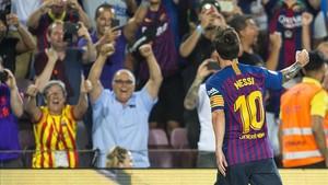 Messi celebra con la grada el primer tanto que abrió la victoria ante el Alavés