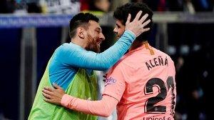 Messi felicita a Aleñá tras marcar el 0-1 del Barça sobre el Alavés.