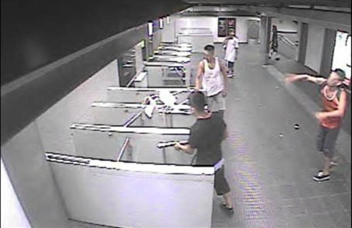Fotograma del vídeo de seguridad de la estación demetro de Urgell (Barcelona), que captó el botellazo que supuso la pérdida de visión ocular de una de las víctimas