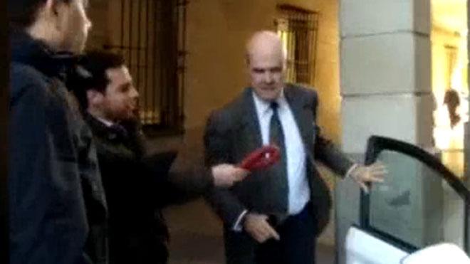 Militantes de Voxesgrimen chorizos ante acusados en el juicio de los ERE.
