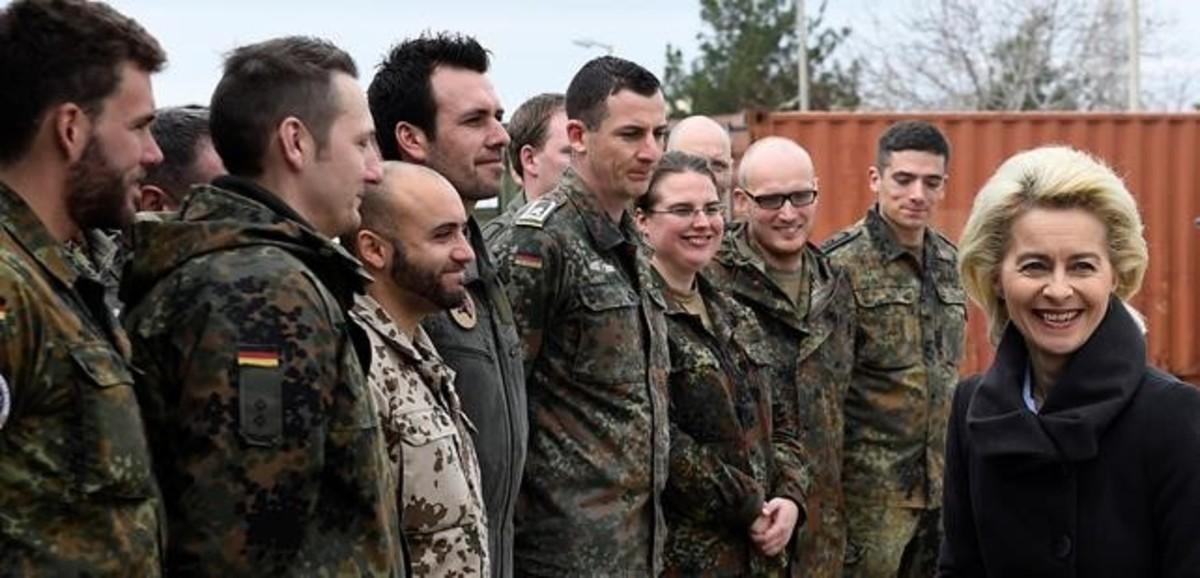 La ministra de Defensa, Ursula von der Leyen, visita a soldados alemanes en la base de Incirlik, en enero del 2016.
