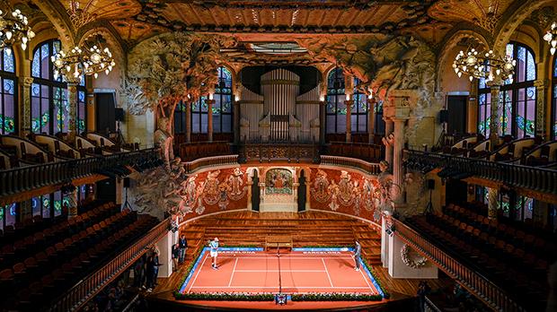 Los tenistas Rafa Nadal y Nei Nishikori improvisan unentrenamiento en una mini pista en el interior del espectacular Palau de la Música