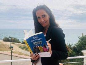 Mònica Pérez posa junto al libro que supone su debut como novelista.