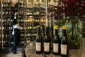 Las neveras donde se guardan los vinos de Monvínic Store.