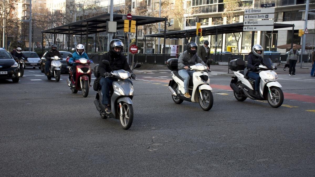 Motos en la avenida de Josep Tarradellas en el cruce con la avenida de Sarrià.
