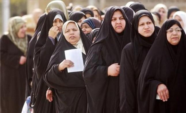 Mujeres iraquíes se disponen a votar en las primeras elecciones de 2005.