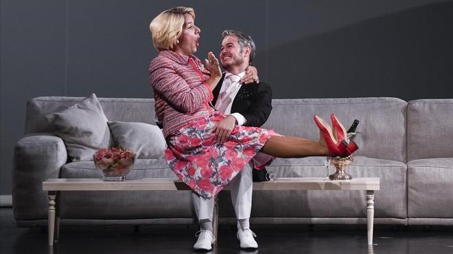 Àngel LLàcer, actor y director escénico deLa jaula de las locas sentado en las piernas de Ivan Labanda en una escena de la obra.