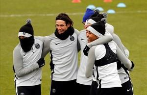 Neymar, Cavani y Mbappé se divierten durante el entrenamiento que realizaron antes de viajar a Madrid.
