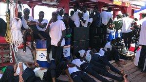Parte de las personas rescatadas en la cubierta del 'Ocean Viking'.