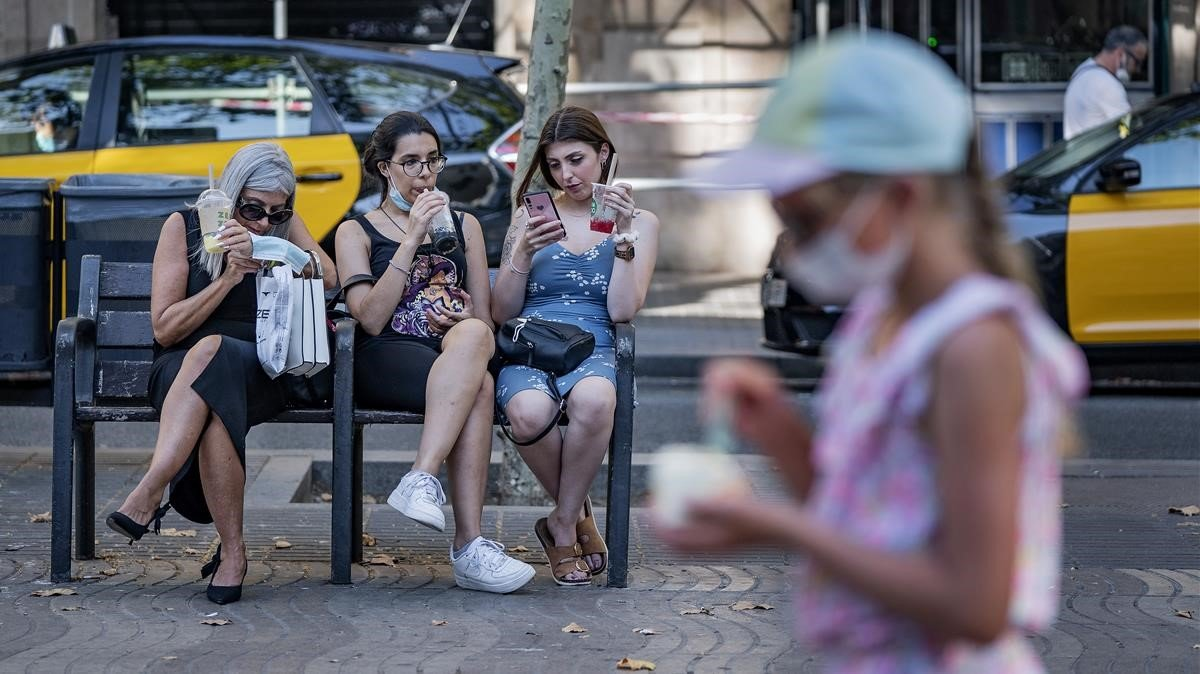Ambiente en La Rambla de Barcelona, en Canaletes,por la ola de calor.