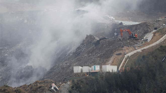 Operarios trabajan tras el derrumbe del vertedero de Zaldibar.