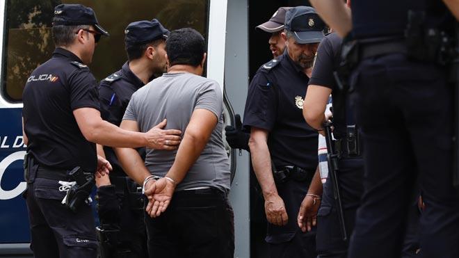 Operativo policial conjunta de los Mossos, Policia Nacional y Guardia Urbana, contra el tráfico de drogas en el barrio del Raval de Barcelona.