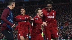 Origi celebra con Shaqiri la victoria del Liverpool sobre el Barça.