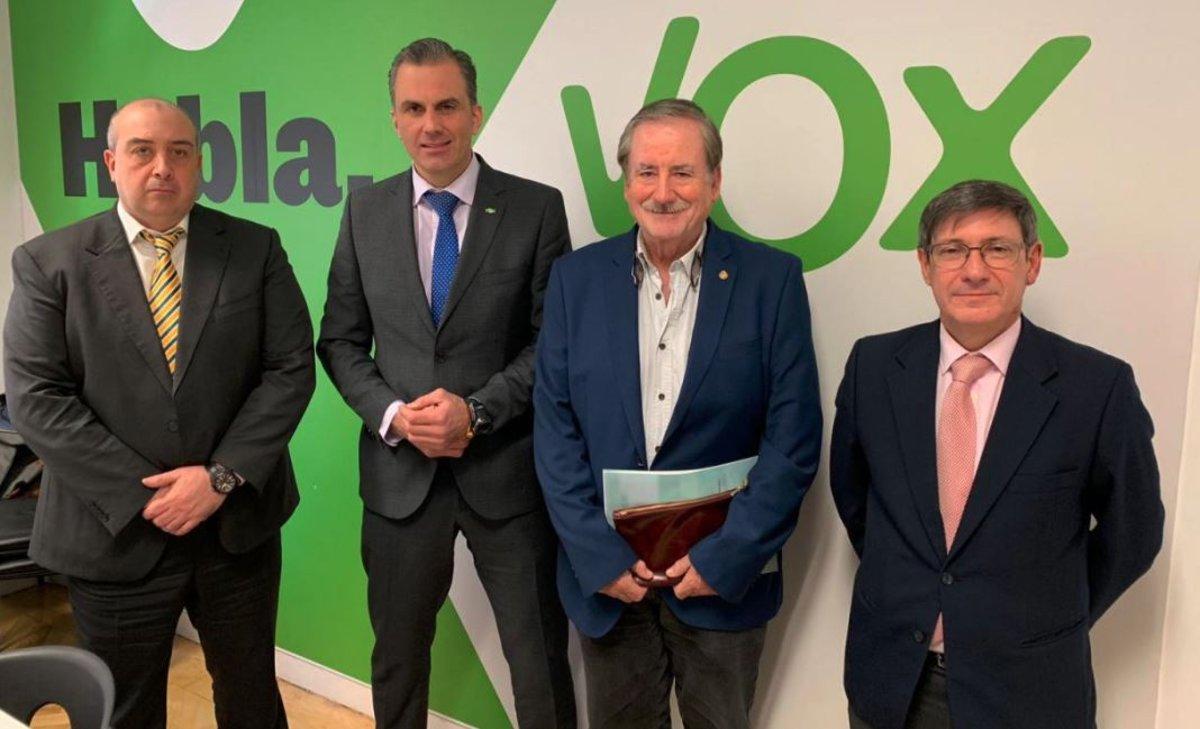 El lobby español de armas saca pecho con Vox: reuniones habituales y apoyo a Abascal