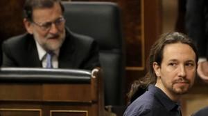 Pablo Iglesias pasa ante Mariano Rajoy, en el Congreso de los Diputados.