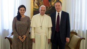 Paloma García Ovejero y Greg Burke, con el papa Francisco.