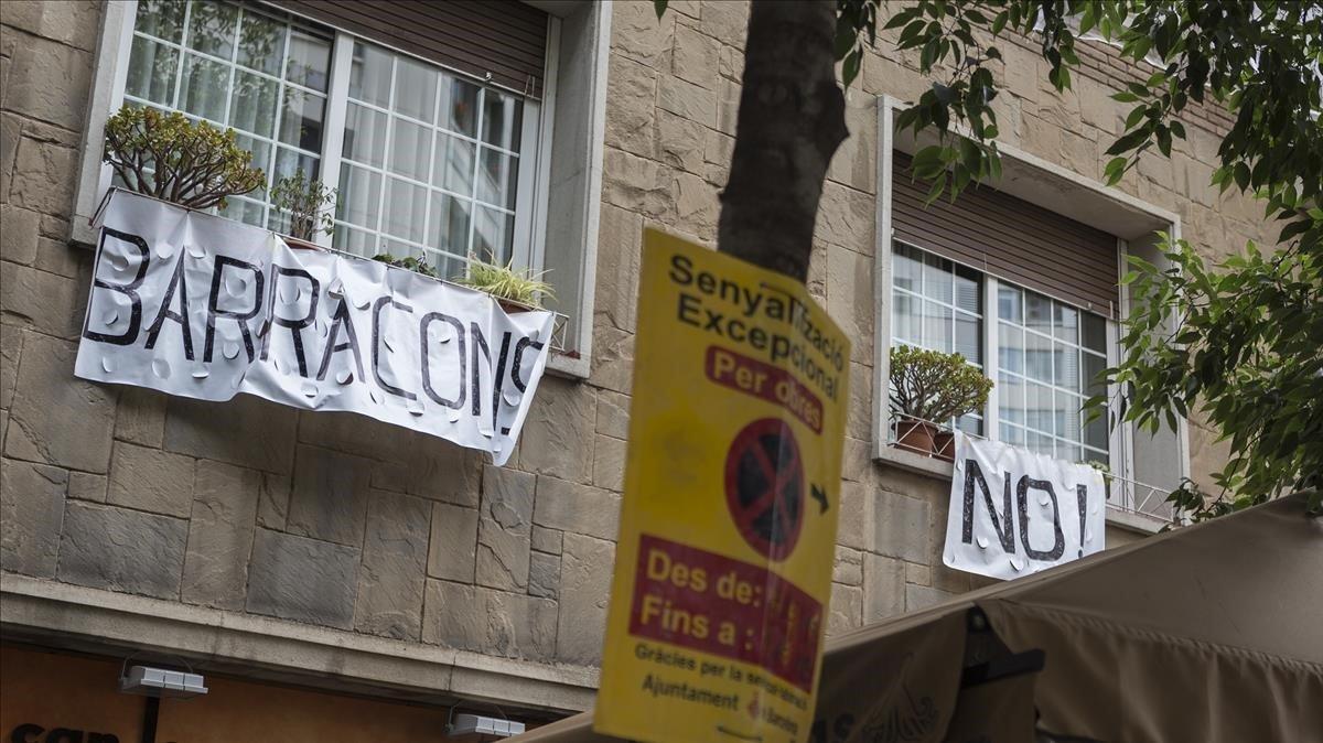 Pancartaen contra de la instalación de barracones en los jardines de Marcos Redondo, esta tarde.