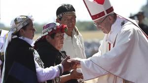 El papa Francisco saluda a unos mapuches en la misa en la base aérea de Temuco, en Chile, este miércoles 17 de enero.