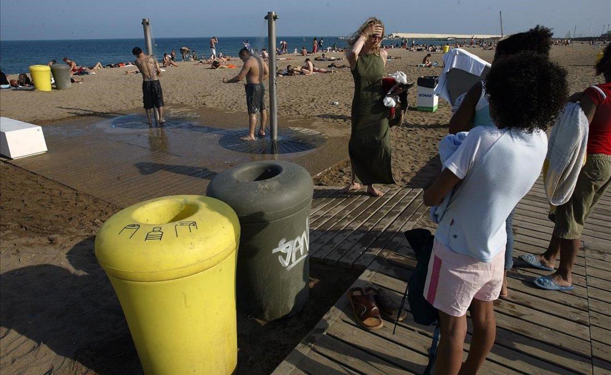 Papeleras para reciclar en laplaya de Barcelona.